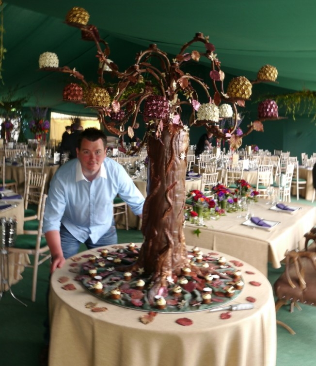 Paul Received A Special Commission To Create Wedding Cake In The Shape Of Tree Where Do You Start Gravity Surely Doesn T Allow For Sit On
