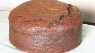 16-Remove-lining-paper-and-level-cake-305x170