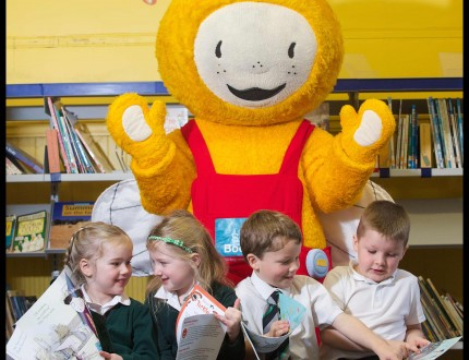 MANDATORY CREDIT - PIC: ROB ••• EMBARGOED UNTIL 0001 WED 2ND SEPTEMBER*** P1 pupils at Wardie Primary receive their Bookbug Family Bag. Each P1 child in Scotland will receive 3 free books as part of Book Week Scotland, a national celebration of reading taking place between 23 –29 November. IN PICTURE ARE BELLE, 5 (HAIRBAND), ERICA, 4 (PLAITS), FINN, 5 (TIE) AND FINLAY, 5 (WHITE POLO SHIRT) MORE INFO: Helen Croney PR Manager 0131 524 0175 | 07751 695 854 ROB MCDOUGALL - PHOTOGRAPHER 07856 222 103 info@robmcdougall.com www.RobMcDougall.com